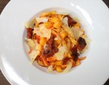 Čerstvé těstoviny s omáčkou z loupaných rajčat s grilovanou dýní, sušenými rajčaty a sýrem Ondráš z farmy Menšík