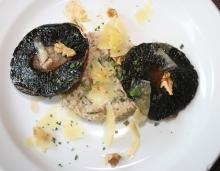 Kroupové rizoto s pečenými houbami portobello, s vlašskými ořechy a sýrem Ondráš z farmy Menšík