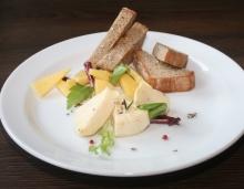 Variace marinovaného a zauzeného sýru z farmy Menšík, pohankový chléb
